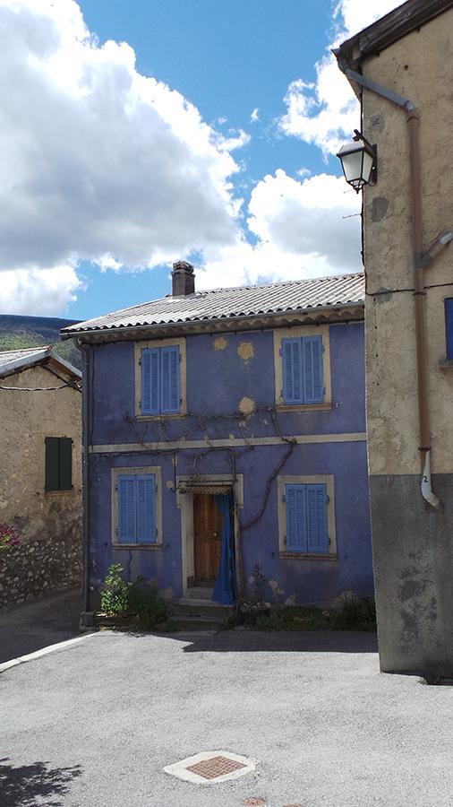 Dans_les_rues_d'Allons_la_maison_aux_volets_bleu