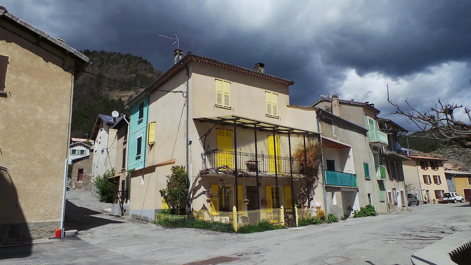 Dans_les_rues_d'Allons_la_maison_aux_volets_jaunes